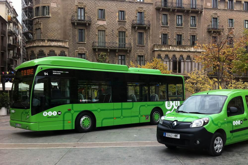 Autocar i vehicle elèctric exposats a la plaça Sant Domènec de Manresa