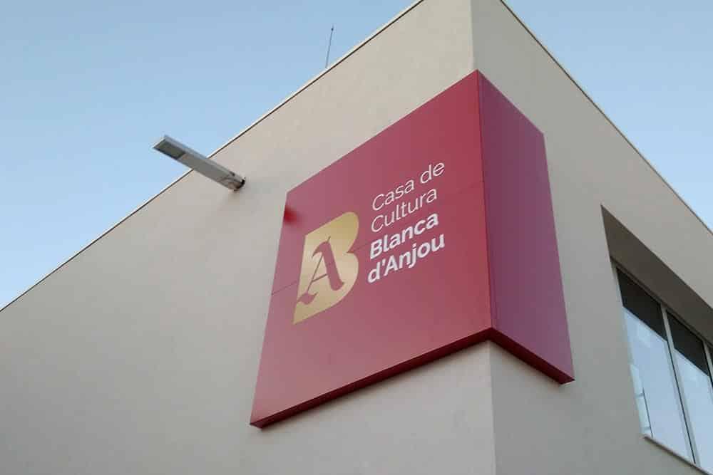 Logotip aplicat a la façana de la Casa de Cultura